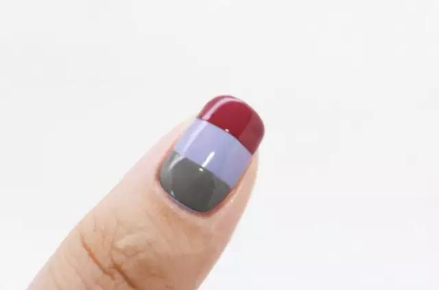 拇指分三段用灰黑色、雪青色、酒红色指甲油涂好.-宠爱双手,给指