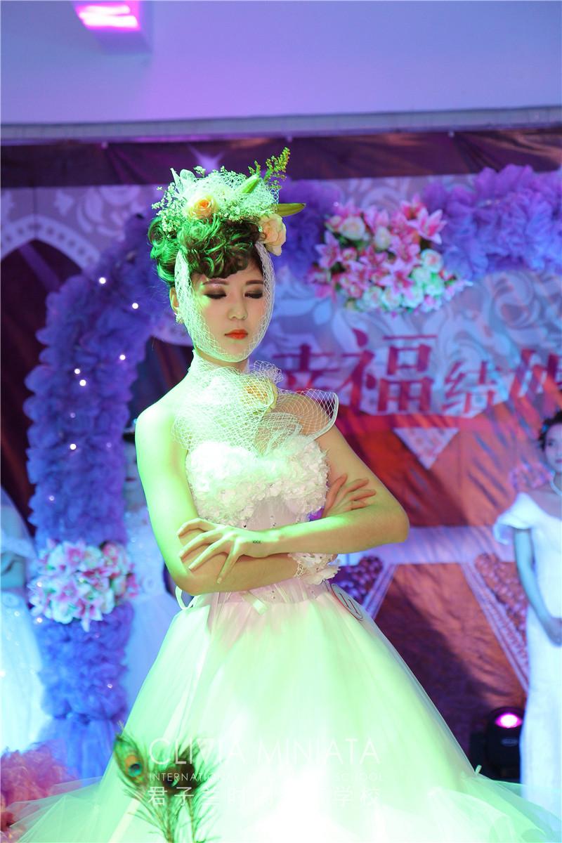 不同的造型给予鲜花新娘不同的气质风格;欧式纯白的